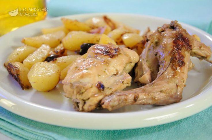 Il coniglio con patate e olive è un secondo piatto a base di coniglio da cucinare in padella con l'aggiunta di patate e olive nere. E' veloce e semplice da preparare.