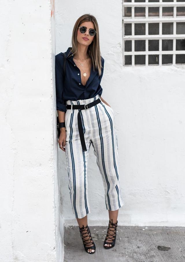 5c8142317b9 Calça branca com listras verticais em azul e cinza. Um guia com sugestões  de uso e dicas para usar calça com listras verticais