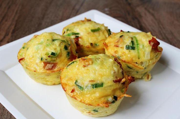 Foto: Ei-muffins. Zo gemaakt en je kan ze zo gezond maken als je wilt. De basis is gewoon ei. Vul het aan met prei, tomaatjes, bacon, met alles wat in je in huis hebt :). Geplaatst door De Kokende Zussen op Welke.nl