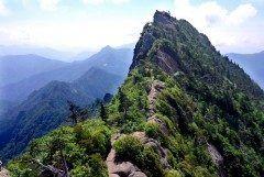 愛媛県西条市にある石鎚山は日本百名山の一つで西日本最高峰の山です ロープウェイを使えば山頂はすぐそこ ハイキング気分で自然を楽しみながら楽しく山歩きができます 晴れていれば美しい瀬戸内海から四国地方まで見渡すことができますよ tags[愛媛県]