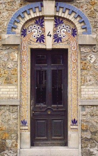 Porte/door. Early 20th century.  Adresse : 4, rue Camille-Clément, Ermont, France  DatationXXe siècle  Cette porte, qui donne accès à un petit immeuble en meulière, est inspirée du style Art nouveau. Elle est typique de l'habitat pavillonnaire du début du XXe siècle, qui se retrouve dans toute la banlieue parisienne.