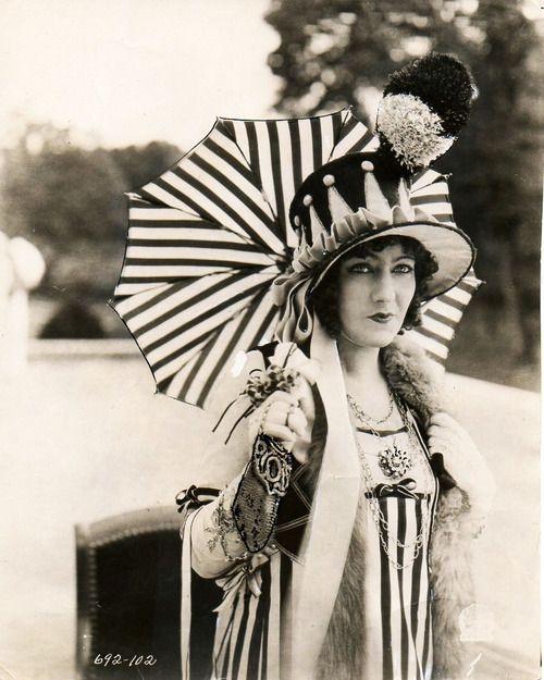 Gloria SwansonHats, Black N White, Umbrellas, Vintage Photos, 20S Fashion, Stripes, 1920S, Gloria Swanson, Night Circus