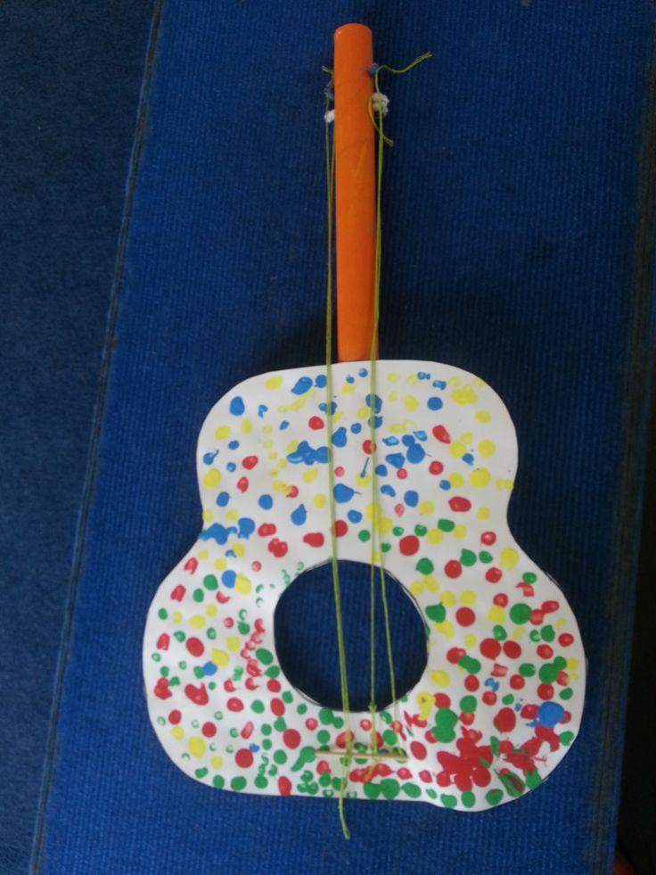 muziek maken = gitaar knutselen Gitaar instempelen met vingerverf/ handvat = rol inschilderen en afwerken natuurlijk.