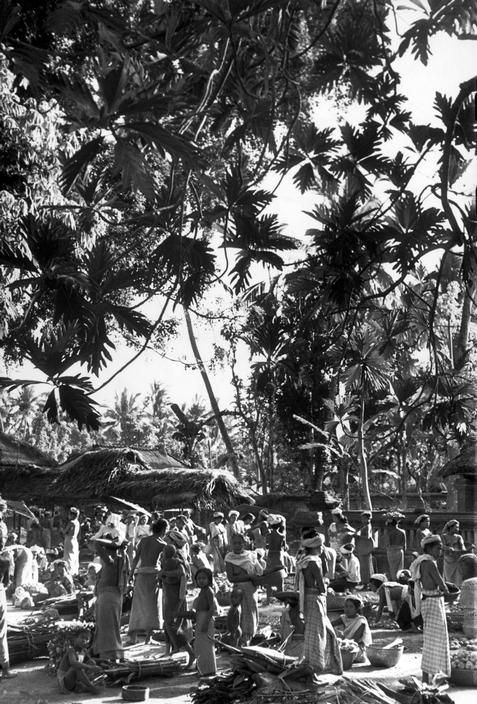 Henri Cartier-Bresson INDONESIA. Bali. 1949. A village market. Looks like a painting!