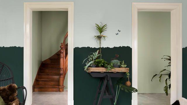 Muren in twee tonen en geverfde antieke meubelen kunnen je huis een speelse en toch stijlvolle look geven.