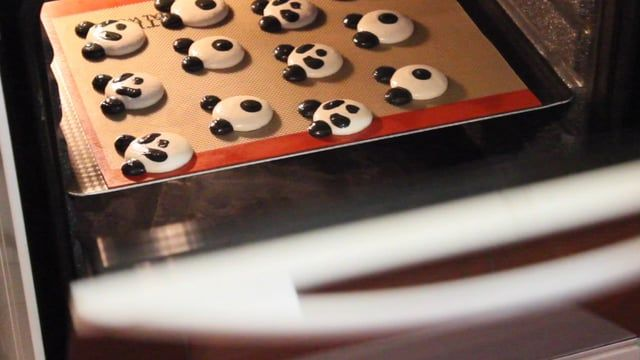 You can learn how to make the same panda macarons by the video. Bake macarons and have fun!)