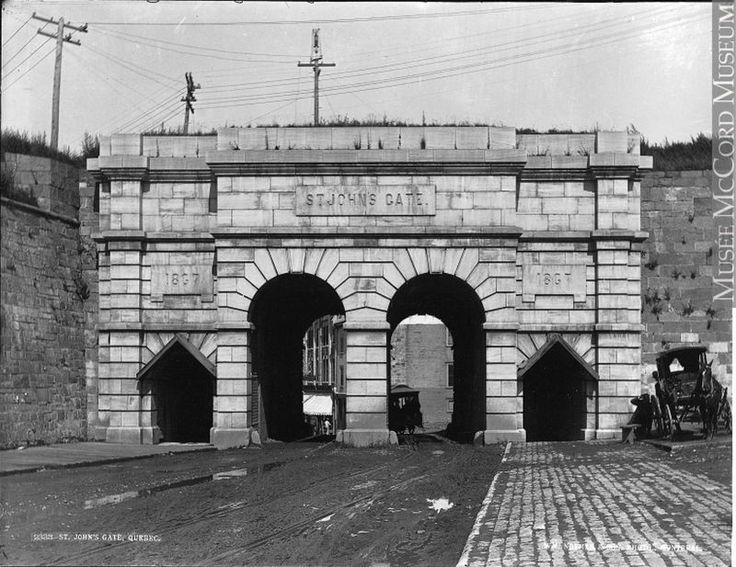 Reconstruite entre 1864 et 1867, la porte Saint-Jean apparaît ainsi au photographe de la maison Wm. Notman & Son en 1890. (Porte Saint-Jean, Québec, QC, vers 1890, Wm. Notman & Son, VIEW-2333, Musée McCord)