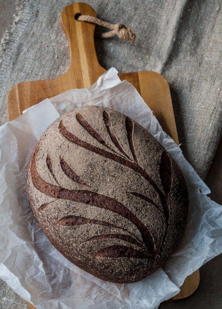 Det här är det godaste glutenfria brödet jag någonsin ätit! Jag har bakat och bakat och bakat och det blir lika gott varje gång, så nu känner jag mig trygg med att dela receptet med er. Det här brödet har kommit till i mitt kök genom att jag själv vågat prova mig fram med olika kombinationer, och till stor del har jag teffmjölet att tacka för den goda smaken. Teff är ett naturligt glutenfritt sädesslag, en sorts etiopiskt gräs. Det är också något så unikt som ett mycket näringsrikt…