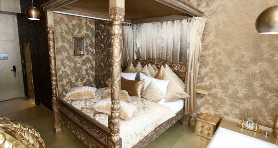 Michelberger Hotel, Berlín. El rosa es el color de los hoteles cursis, pero el dorado no se queda atrás. En un guiño a la ostentación de algunos hoteles de puro lujo, este hotel del Berlín más alternativo se lo toma a coña y, entre su catálogo de habitaciones, se desmarca con The Golden Room, una habitación que recuerda al estilo aristocrático más opulento. O eso intenta, claro. Que no muera lo hipster.