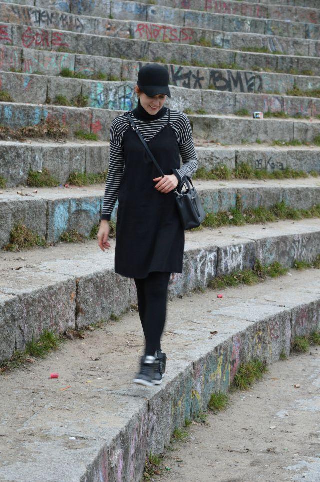 Outfit Athleisure: selbstgenähtes Slipdress Burda Mai 2016 Schnitt 113, gestreifter Mango Rollkragenpullover, schwarzer Hut, schwarze Tasche, schwarze Adidas Neo Sneakerss ... Sewionista.com ... Nähen ... Slow Fashion ... DIY