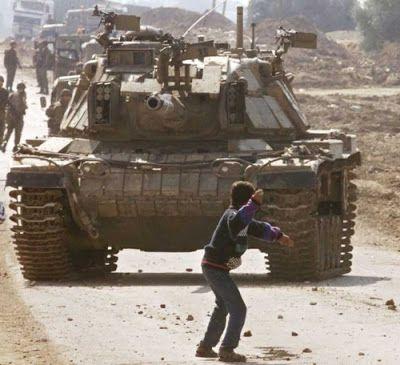 Faris Odeh muere por la bala de un soldado israelí al agacharse a recoger otra piedra en un enfrentamiento por la presencia ilegal del ejército israelí en territorio palestino, durante el segundo mes de la Segunda Intifada, en Gaza el 9 de noviembre de 2000. El soldado disparó a la nuca de Odeh. Él estaba cerca de un tanque israelí y debieron esperar una hora antes de sentirse a salva para poder llevarse su cuerpo y llevarlo a una ambulancia. Fue declarado muerto cuando llegó al hospital.