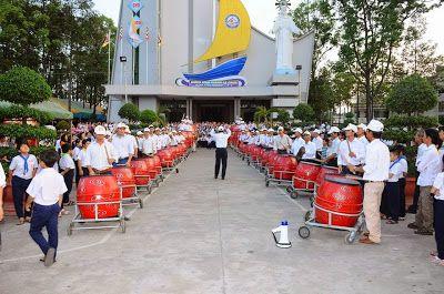 Dàn trống giáo xứ Hà Nội được sản xuất năm 2015 với sự tận tụy và tỉ mỉ của những người nghệ nhân xưởng sản xuất trống Tân Việt. Dàn trống giáo xứ Hà Nội được cho là dàn trống có quy mô lớn nhất. Những người đứng đầu giáo xứ Hà Nội không khỏi mừng vui và cảm phục trước tay nghề của những nghệ nhân x