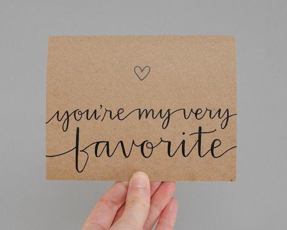 Lassen Sie ein spezielles jemand, dass er oder sie steht an erster Stelle mit dieser süße Karte, welche ein Herz Funktionen und Hand-gelettert, Sie sind meine Lieblings auf der Vorderseite Phrase. Ja, ich schreibe jeweils davon per HAND mit Spitzen Kalligraphie Feder und Tusche. Sie werden nicht gedruckt!  • Über 100# Recycling braun Kraft Cardstock • innerhalb von HAND geschrieben: Blank • Größe: 5,5 x 4,25(A2) • Umschlag: braun Kraft mit handgezeichneten Herz ▶ KUNDENSPEZIFISCH…
