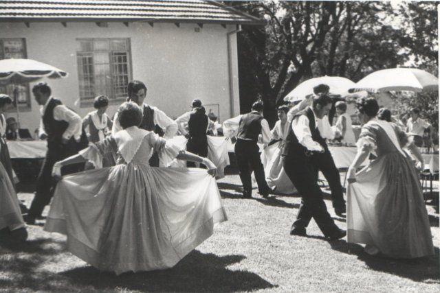 Met behulp van die Reddingsdaadbond wat arm Afrikaners na die AB bygestaan het, het groepe dansers reg oor die land in laers saamgetrek.  SA se Volkspele het ook al na Europa, die VSA en Turkeye getoer.