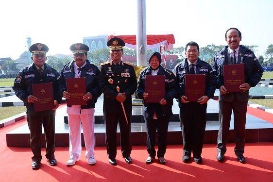 SURABAYA - Beberapa pejabat di wilayah Jawa Timur pada hari ini Senin 10 Juli 2017 memperoleh penghargaan langsung dari Kepala Kepolisian Daerah (Kapolda) Jatim Irjen Pol Machfud Arifin S. H. Seusai menyematkan jaket kebesaran Polri dan pin emas kepada Gubernur Jawa Timur Drs H. Soekarwo Kapolda juga memberikan penghargaan serupa kepada Pangdam V/Brawijaya Mayjen TNI Kustanto Widiatmoko M. D. A dalam Upacara Hari Bhayangkara yang berlangsung di halaman Mapolda Jatim Jalan Ahmad Yani Kota…