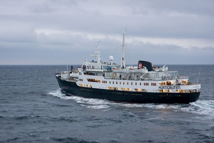 navires hurtigruten | 7ème jour  - rencontre du MS Lofoten  © Paul Kerrien http:toilapol.net