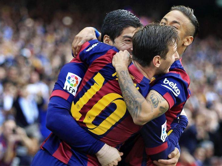 El delantero uruguayo del FC Barcelona Luis Suárez celebra con sus compañeros Leo Messi y Neymar jr.