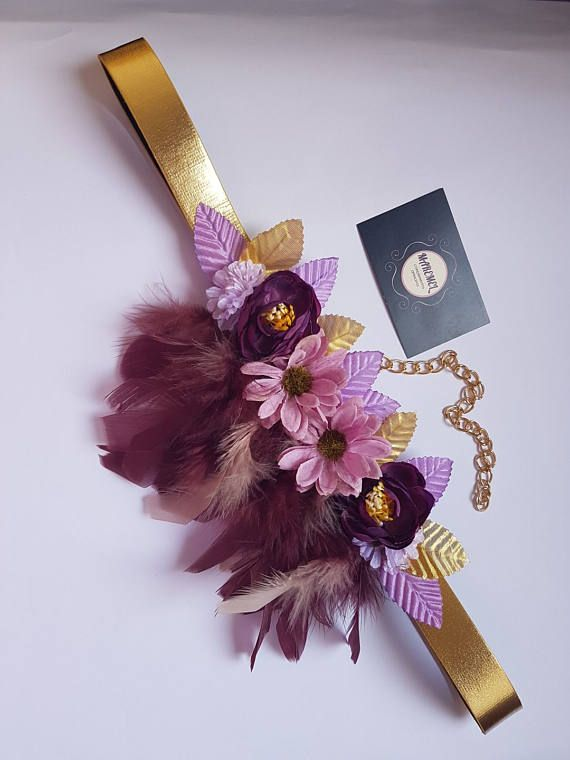 Cinturón dorado con plumas buganvilla rosa y flores púrpuras