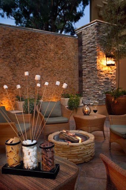 A Lareira central lembra uma fogueira! O uso de pedras também traz a natureza para este patio!