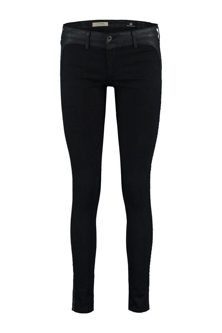 Deze jeans van Adriano Goldschmied, Jackson, is gemaakt van katoen met polyester en lycra. De jeans heeft een skinny leg met een apart gecoate baan langs de buiten zijnaad. De stof stretcht super en draagt comfortabel. Doordat de jeans egaal is va