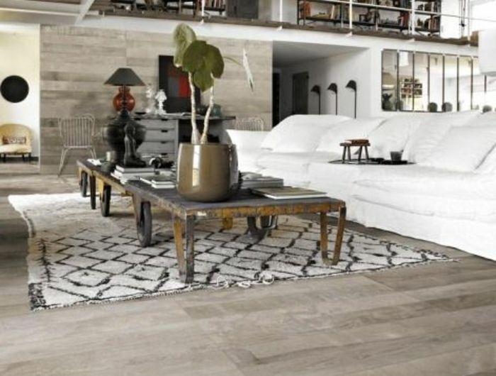 1-salon-moderne-avec-plafond-en-poutre-decorative-poutre-chene-en-bois-massif-sol-en-parquet