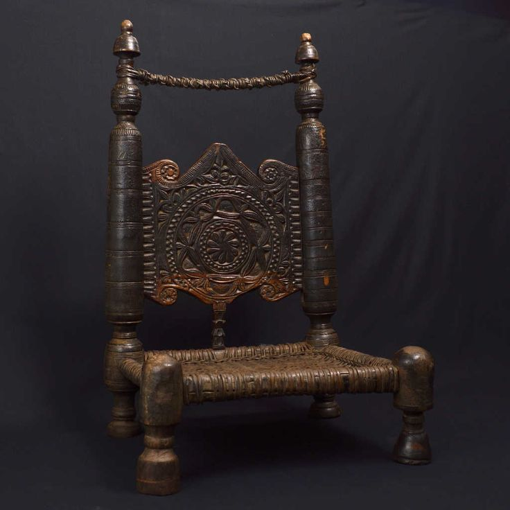 The particularity of this chair is its inlay on both sides of the backrest. The wisdom of the sheepskin weave completes its extraordinary beauty.  In the villages of the Swat Valley, population, from the Pashtun ethnic group, usually sits on the floor on cushions. Only the very elderly or people of high rank sit a few centimeters higher. Size: 50 x 51 x 85 cm.