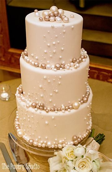 I really like the bubbles on this cake! I would have white pearlescent cakes with black and silver bubbles, with fresh deep red roses.