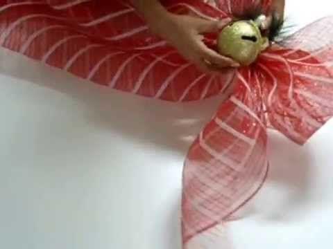Elaboración de moños en malla para Decoración Navideña.. Encuentrame en facebook.com/guilensart