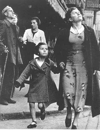 Robert Capa. Mujer y su hija ante un bombardeo en la 2da guerra. Retrato de una época y de lo peor de la condición humana.