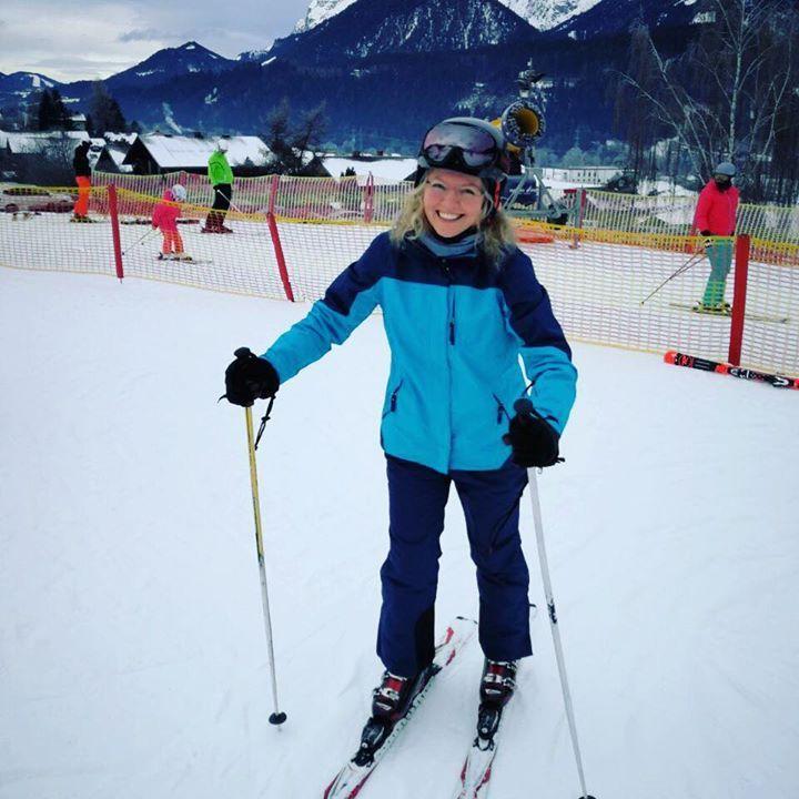 Und das bin ich nach meinem allerersten Ski-Kurs  alles noch dran und es hat sogar richtig Spaß gemacht  aber das war ja nur der Kinderhügel. Vor morgen hab ich hingegen richtig Bammel - denn da geht es schon mit der Gondel hoch auf die echte Piste Drückt mir die Daumen  #snow #letitsnow #Skifahren #urlaub #family #qualitiytime #relax #halsundbeinbruch #winter #wiesel #liebe #love #author #authorslife