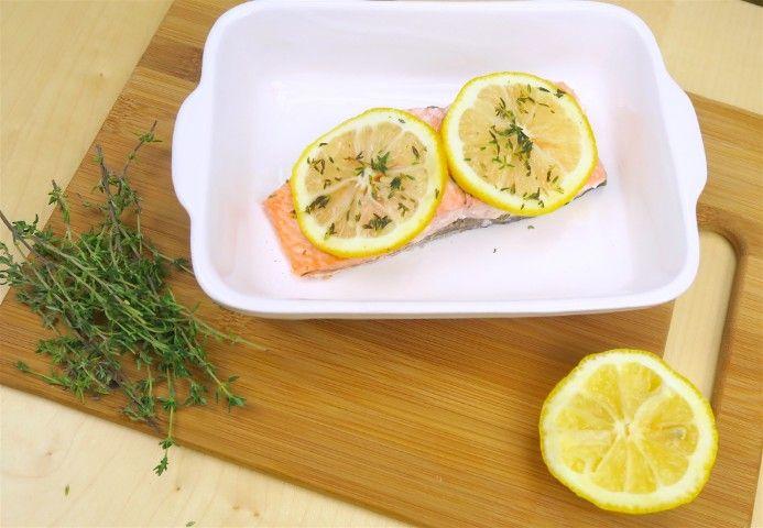 Per una gustosa cenetta, ecco la ricetta veloce per cucinare un trancio di salmone. Poggiatelo su un foglio di alluminio, aggiungete un pizzico di sale, una spruzzata di limone e del timo. Chiudete il cartoccio e infornate a 180° per 30 minuti. Il risultato è da leccarsi i baffi!