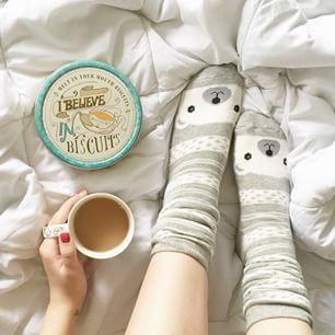 Lazy Friday with tea ☕️ biscuits  and cosy-cute socks (imaginary sock emoji) ☺️ | Sexta preguiçosa com chá ☕️ biscoitos  (lata maravilhosa que ganhei de presente da Van) e meias fofas e confortáveis (emoji imaginário de meias) ☺️ mas já comecei a trabalhar, viu? (Vantagens de trabalhar em casa )
