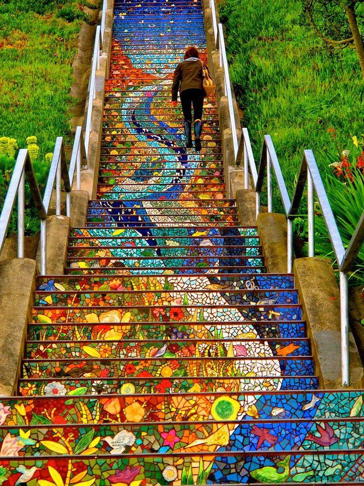 ceci représente des marches avec une vague bleu qui représente je crois de l'eau et une autre orange qui représente je crois aussi plus des fleurs. on y voit notamment du vert, du bleu, du orange, du rouge et plein d'autre couleur cette œuvre s'étant sur toute l'escalier au complet. en le voyant, j'ai ressentie de la joie car les couleur sont vive et belles.