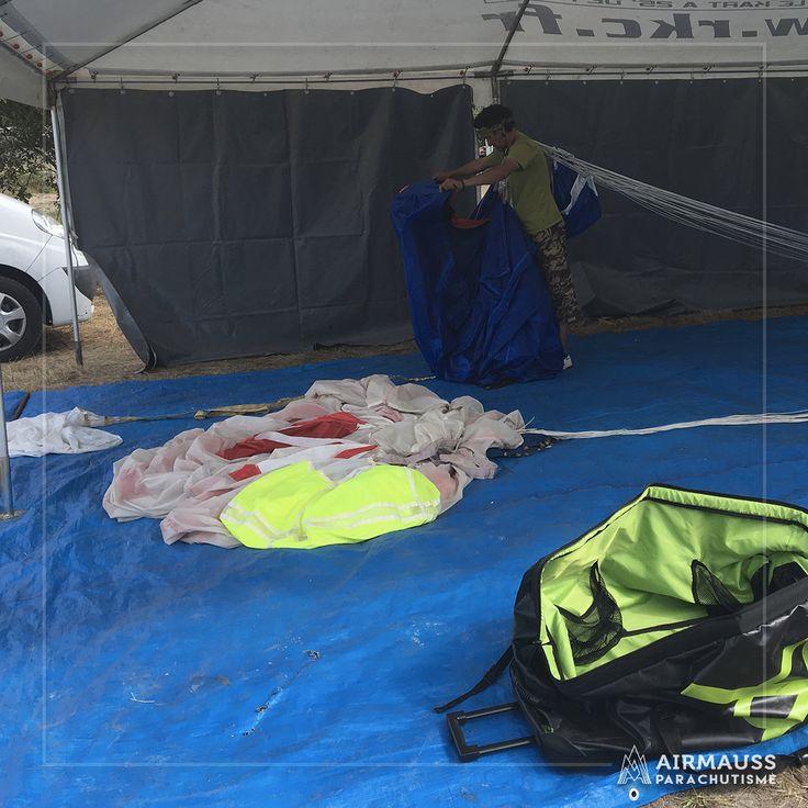 Après le saut, il faut replier le parachute de manière parfaite !  https://air-mauss.com/fr/ou-sauter/8-bordeaux-montalivet.html