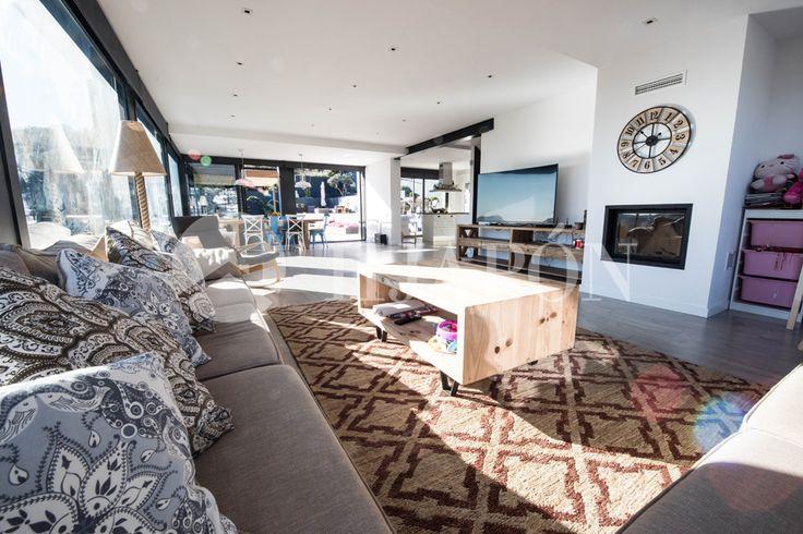Fantástico salón de diseño en una espectacular y cómoda casa en Alella.