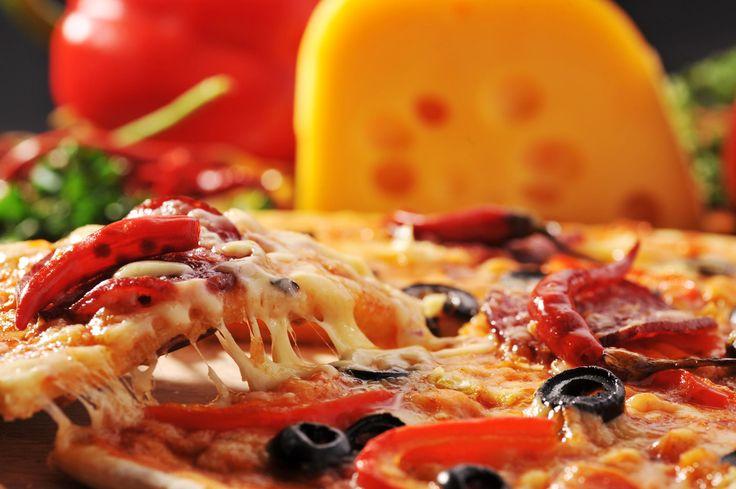 ¿Alguna vez te has preguntado si la pizza engorda? ¿Cómo se elabora, de dónde procede o simplemente quieres saber sus ingredientes principales y elaboración? Si la respuesta a algunas de estas pre...