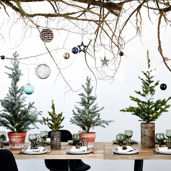 """L'esprit nature symbolise en partie le style scandinave. Il s'illustre avant tout par le bois brut. En misant sur un esprit nature pour votre Noël scandinave, vous adoptez le look """"chalet de montagne""""qui vous transporte directement dans une atmosphère cocooning enveloppante, simple et réchauffante. Au programme, l'omniprésence de bois modernisée par du blanc, le tout rendu cosy par des matières douillettes (lin, mohair, cachemire) aperçues sur les accessoires (plaids, coussins, tapis)."""