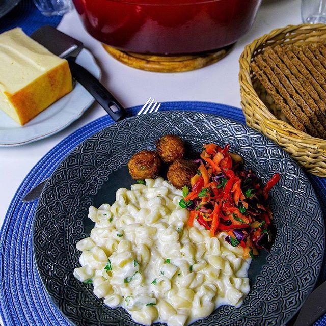 Gårdagens middag här hemma blev stuvade makaroner. Bästa vardagsmaten som man enkelt slänger ihop. Till det åt vi en god råkostsallad med äpple. Salladen är riktigt god och klarar sig fint i kylen några dagar. Jag hade ett paket grönsaksbollar i kylen som passade perfekt till. Recept på makaronerna hittar du i länken i min profil➡@zeinaskitchen Jag har också länkat till salladen i inlägget❤ Du hittar även recept på köttbullar och kikärtsbollar i inlägget