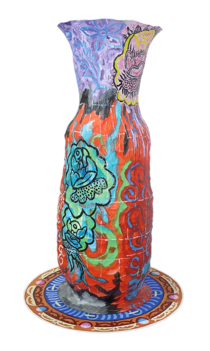 Isabelle Braud utilise le papier et les couleurs pour créer des pièces uniques, parfois de grande taille, destinées à la décoration d'intérieur : vases, chaussures et tableaux. Elle réalise également des panneaux décoratifs et des papiers peints sur mesure.