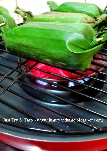 Nasi pepes dengan ayam dan daun kemangi didalamnya ini sedap dipanggang dibara atau pan di kompor.