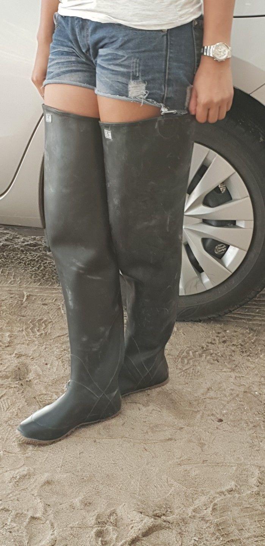 Schwarze Stiefel Im Schnee Stockfoto und mehr Bilder von