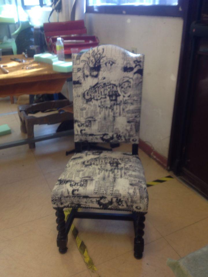 chaise louis xiii relook e avec un tissu jean paul. Black Bedroom Furniture Sets. Home Design Ideas