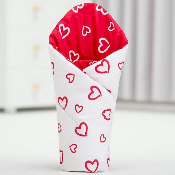 Изящный Конверт одеяло на выписку девочке Сердечко белый+красный выполнен из американского 100% гипоаллергенного хлопка вручную, застежка – липучка, утеплитель синтепон (слой по сезону). Конверт можно использовать как плед в коляску. Размер и цвет конверта может быть изменен при заказе, станда