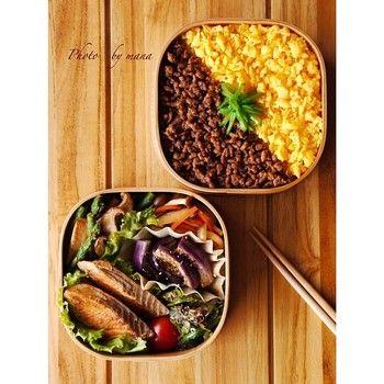 そぼろ丼とおかずを分けて。おかずの汁気がごはんに混ざらないのが2段お弁当のいいところ。