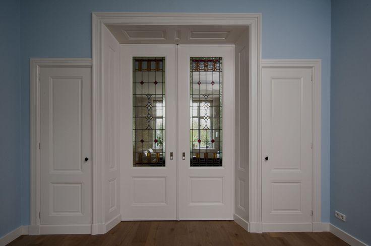 Belle Epoque Kamer en Suite geplaatst in Ede, met dichte kasten en prachtig glas in lood. Met plezier door Foka ontworpen en gemaakt.