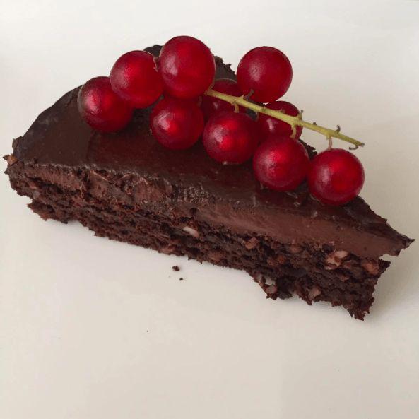 Yaş pasta tadında, gönül rahatlığıyla yiyebileceğiniz yağsız, şekersiz, unsuz bir tatlı tarifi. Yapması çok pratik. Sağlıklı ve lezzetli. Not: Bu tarif lilsipper'ın Sinless Chocolate Cake tar…