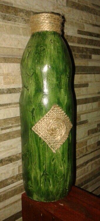 Botella de vidrio decorada con masilla