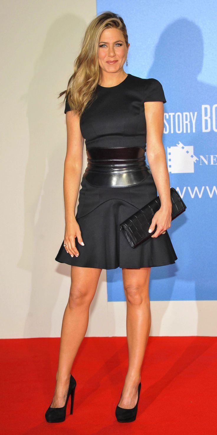 Estilo de Jennifer Aniston 🌷🌷 En la alfombra roja y eventos sociales, Jennifer Aniston siempre está increíblemente  elegante y femenina. Jen entiende claramente la belleza de su figura. Sus elegantes vestidos tubo, atrevidos mini, cortes altos y escotes profundos. Pero Jennifer  conoce la medida, por lo que siempre parece impresionante, pero nunca vulgar. #moda #estilo #tendencias #lookbook  #fashionista #glamour #fashiongallery #stylegallery #blogger #fashionblogger