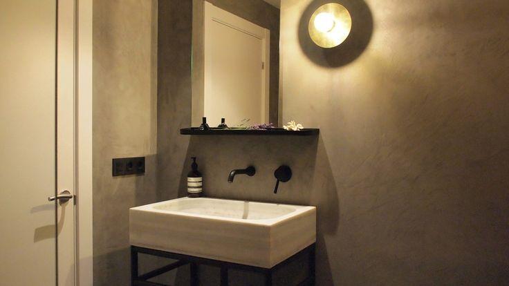 Los propietarios de este piso habían elegido el blanco como color principal para toda la vivienda salvo en el baño, donde dominan el gris y el negro.