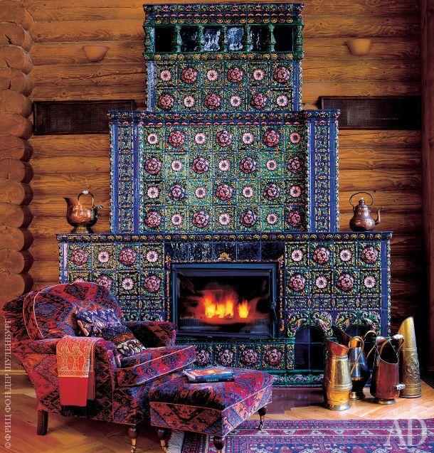 Фрагмент гостиной. Изразцы, выполненные в старорусском стиле, нашла для печи архитектор Любовь Скорина.